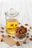 Vegetariano sano orgánico del vegano de la nuez del aceite de almendra sano Imágenes de archivo libres de regalías