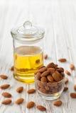 Vegetariano sano orgánico del vegano de la nuez del aceite de almendra sano Fotografía de archivo libre de regalías