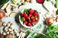 Vegetarianos e composição alaranjados e verdes das raizes em uma ardósia escura t Imagens de Stock