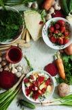 Vegetarianos e composição alaranjados e verdes das raizes em uma ardósia escura t Fotografia de Stock