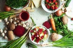 Vegetarianos e composição alaranjados e verdes das raizes em uma ardósia escura t Fotos de Stock