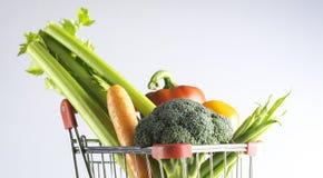 Vegetarianos em um carrinho de compras Foto de Stock