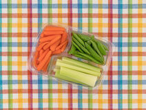 Vegetarianos em um recipiente em uma esteira de lugar colorida Fotos de Stock