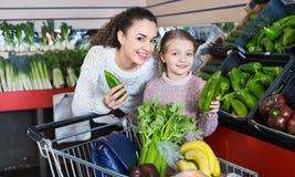 Vegetarianos verdes de compra positivos da menina fêmea e alegre Fotografia de Stock