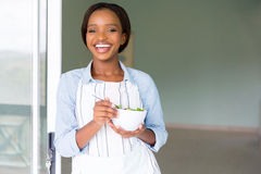 Vegetarier, der Salat isst stockfotografie