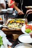 Vegetarier, die Lebensmittel dienen Stockfotos