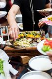 Vegetarier, die Lebensmittel dienen Stockbilder
