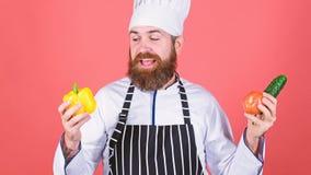 vegetarier Reifer Chef mit Bart Gesundes Lebensmittelkochen B?rtiger Mannkoch in der K?che, kulinarisch N?hren und organisch lizenzfreies stockbild