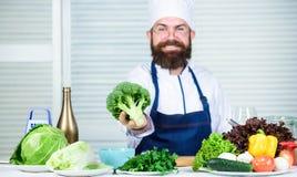 vegetarier Reifer Chef mit Bart Nähren und biologisches Lebensmittel, Vitamin Bärtiger Mannkoch in der Küche, kulinarisch Getrenn lizenzfreies stockfoto