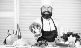 vegetarier Reifer Chef mit Bart Nähren und biologisches Lebensmittel, Vitamin Bärtiger Mannkoch in der Küche, kulinarisch Getrenn stockfotografie