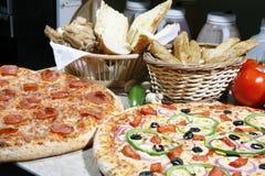 Vegetarier und Pepperonipizza kombiniert lizenzfreies stockbild