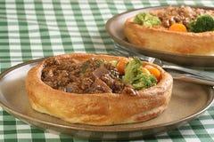 Vegetarier zerkleinern in Rieseyorkshire-Puddings Lizenzfreie Stockfotografie