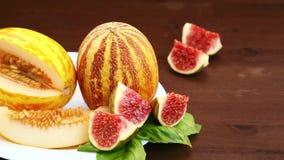 Vegetarisch dieet Op de lijst lig fruit: Vietnamees meloen, kalk en sap Close-up stock videobeelden