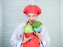 Vegetarisch dieetconcept Het op dieet zijn en vitamine culinaire keuken de gelukkige vrouw houdt van gezond voedsel Organisch en  royalty-vrije stock foto's