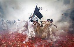 Vegetarisch Festival in ritme waar de mensen van dragers bij var een rommel maken Stock Foto