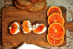 Vegetarisch Italiaans ontbijt met bloedsinaasappel en ricottasandwich Stock Foto