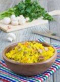 Vegetarisch pilau met saffraan en paddestoelen Royalty-vrije Stock Fotografie