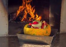 Vegetarisch voedsel Groenten, vruchten en bessen in de oven worden gebakken die stock afbeelding