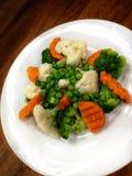 Vegetarisch voedsel op de plaat stock afbeelding