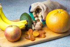 Vegetarisch voedsel van noten en droge vruchten op de keukenraad stock foto's