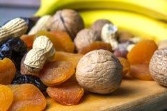 Vegetarisch voedsel van noten en droge vruchten op de keukenraad stock afbeelding
