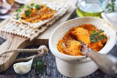 Vegetarisch Voorgerecht Wortelonderdompeling op droog brood, sesamvulling en olijfolie stock foto