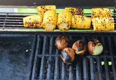 Vegetarische barbecue met suikermaïs en uien Stock Foto