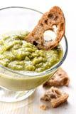 Vegetarische dichte Erbsensuppe mit Toast Stockfotografie