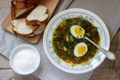 Vegetarische die zuringssoep met ei, met zure room en brood wordt gediend Rustieke stijl royalty-vrije stock foto