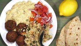 Vegetarische Falafels met Hummus en Kouskous stock video