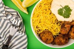 Vegetarische Falafels met Noedels en Hummous Stock Afbeeldingen