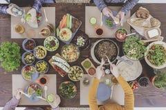 Vegetarische familie die gezond diner eten stock afbeelding