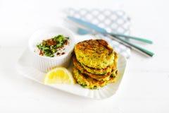Vegetarische fritters, courgetteburgers met citroen en kokosnotenyoghurt royalty-vrije stock afbeelding