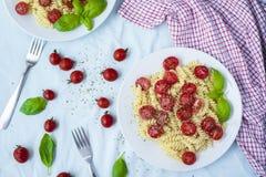 Vegetarische Gemüseteigwaren Fusilli mit Tomaten und basilic herein lizenzfreie stockfotos