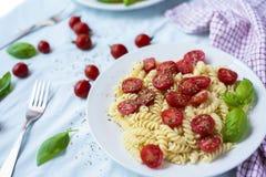 Vegetarische Gemüseteigwaren Fusilli mit Tomaten und basilic herein lizenzfreie stockfotografie