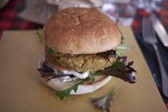 Vegetarische hamburger met salade stock foto's