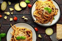 Vegetarische Italiaanse alla Norma van de Deegwarenspaghetti met aubergine, tomaten, basilicum en parmezaanse kaaskaas royalty-vrije stock afbeelding