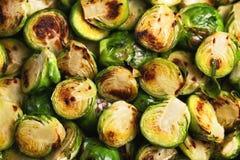 vegetarische keuken Spruitjes met olijfolie worden geroosterd die cop Royalty-vrije Stock Foto