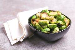 vegetarische keuken Spruitjes met olijfolie worden geroosterd die cop Stock Foto