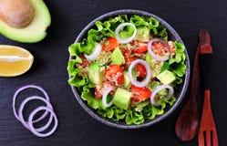Vegetarische kouskoussalade, avocado, tomaten, rode ui met olijfolie en peterselie Royalty-vrije Stock Foto's