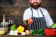 Vegetarische levensstijl De chef-kok bereidt heerlijke maaltijd houten achtergrond voor In liefde met gezond voedsel Honger en ee stock afbeeldingen
