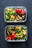 Vegetarische lunchdoos Broccoli, pompoen, kouskoussalade, geroosterde aubergine en tomaten Het voedselconcept van het gezonde voe stock fotografie