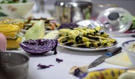 Vegetarische maaltijd op tegenbovenkant Rode kool en courgettevleespennen stock fotografie