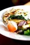 Vegetarische maaltijd van spinazie op Duitse aardappelcake Stock Foto's