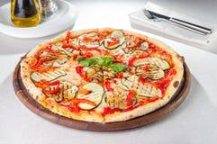 Vegetarische Pizza des Gemüses mit gegrillten Zucchini- und Auberginenscheiben auf der gedienten Tabelle Selektiver Fokus Stockbild