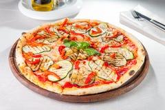 Vegetarische Pizza des Gemüses mit gegrillten Zucchini- und Auberginenscheiben auf der gedienten Tabelle Selektiver Fokus Lizenzfreie Stockfotografie