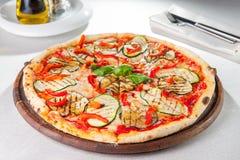 Vegetarische Pizza des gesunden Gemüses mit gegrillten Zucchini- und Auberginenscheiben auf der gedienten Tabelle Selektiver Foku Stockfotografie