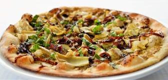 Vegetarische pizza die in houten oven wordt gekookt stock foto's