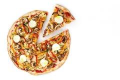 Vegetarische pizza hoogste mening met een besnoeiingsplak stock foto