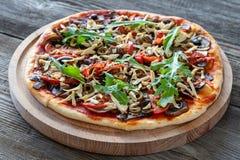 Vegetarische pizza met tofu, paddestoelen, tomaten, olijven en arug stock foto
